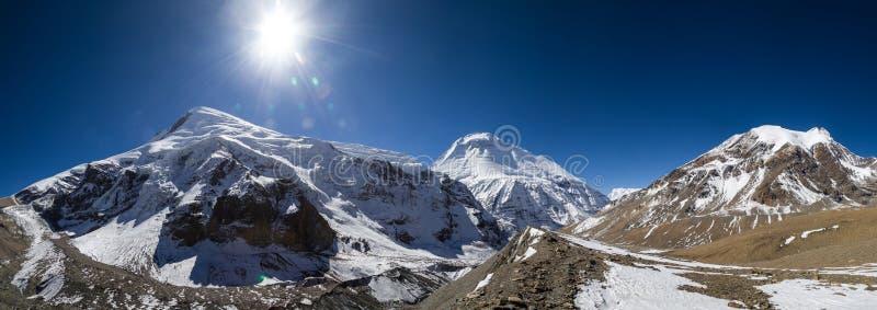 Panorama av de Dhaulagiri monteringshimalayasna fotografering för bildbyråer