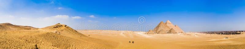 Panorama av de stora pyramiderna av Giza, Egypten royaltyfria foton