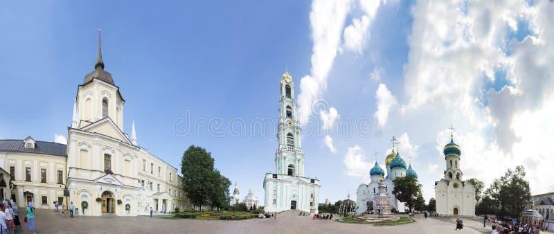 Panorama av den arkitektoniska helheten av Treenighet Sergius Lavra i Sergiev Posad Rysk federation fotografering för bildbyråer
