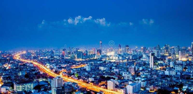 Panorama av den Bangkok staden som är i stadens centrum på natten, Bangkok, Thailand arkivfoton
