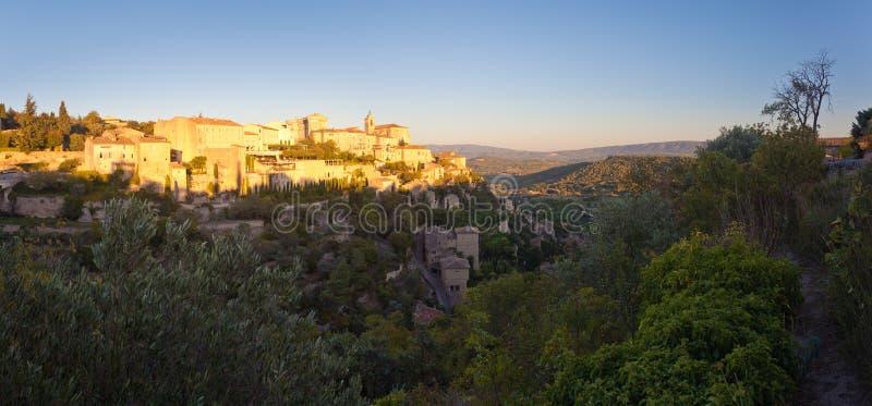 Panorama av den berömda sikten för Gordes medeltida bysoluppgång, Provenc arkivfoton