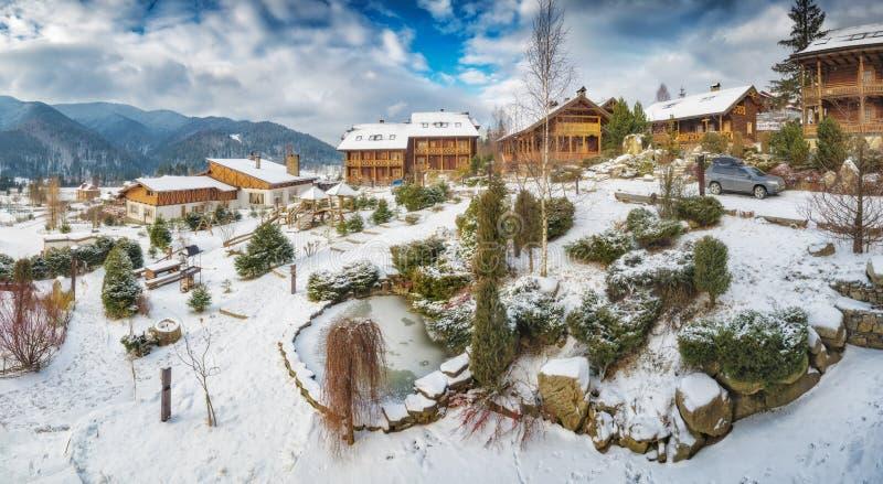 Panorama av den carpathian alpina byn royaltyfri fotografi