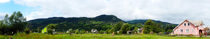 Panorama av den Carpathian byn royaltyfria foton