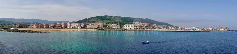 Panorama av den Castro Urdiales byn i Cantabria, Spanien fotografering för bildbyråer