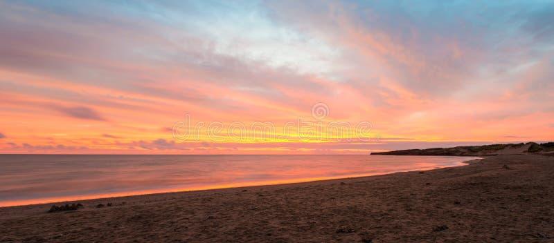 Panorama av den Cavendish stranden på sprickan av gryning arkivbild