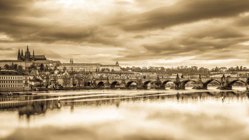 Panorama av den Charles bron och den Prague slotten arkivfoton
