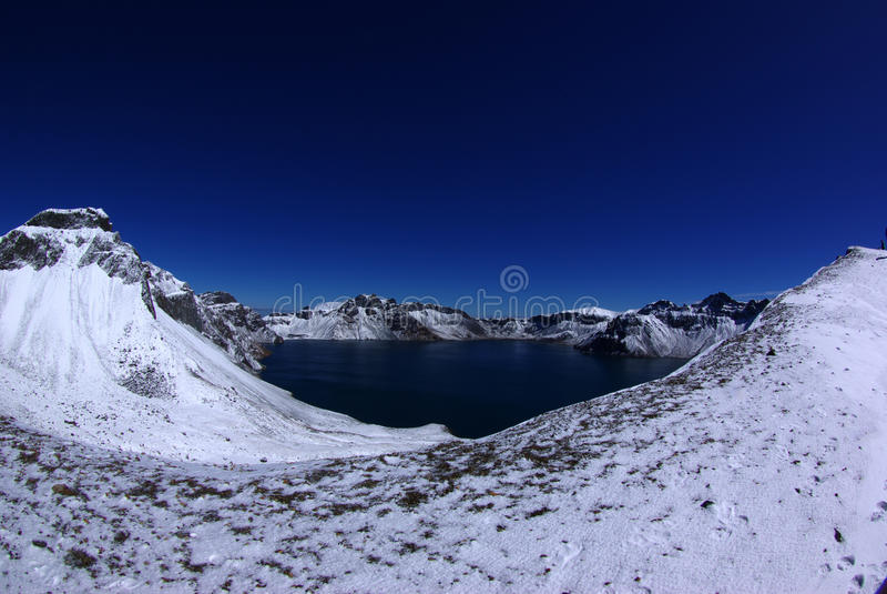Panorama av den djupblå krater sjön royaltyfria bilder