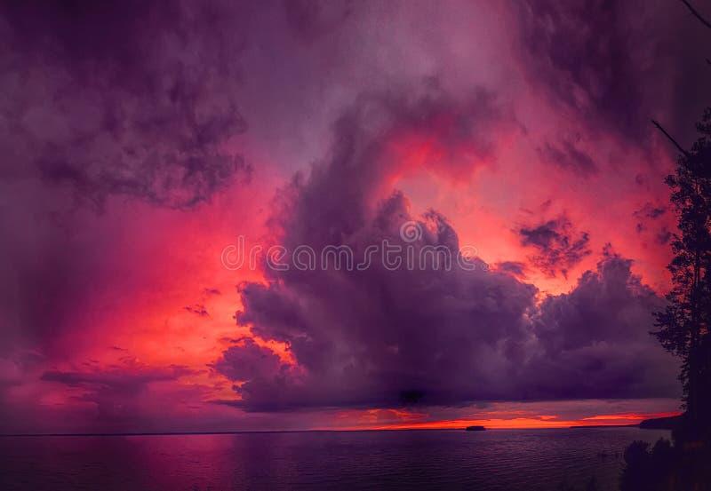 Panorama av den dramatiska himlen med moln royaltyfria bilder