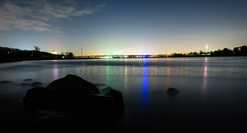 Panorama av den Dusseldorf industriområdet med ljusa reflexioner i flodRhen på natten royaltyfri bild