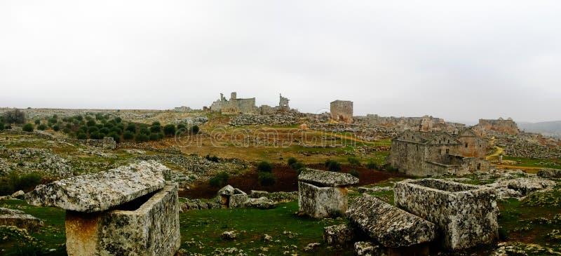 Panorama av den förstörda övergav döda staden Serjilla i Syrien royaltyfria foton