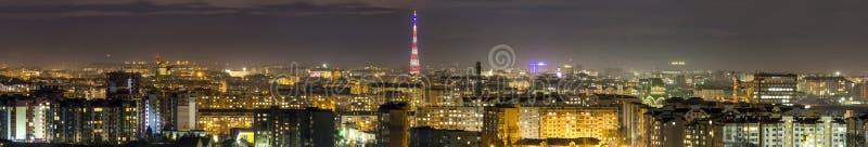 Panorama av den flyg- sikten för natt av den Ivano-Frankivsk staden, Ukraina royaltyfria bilder
