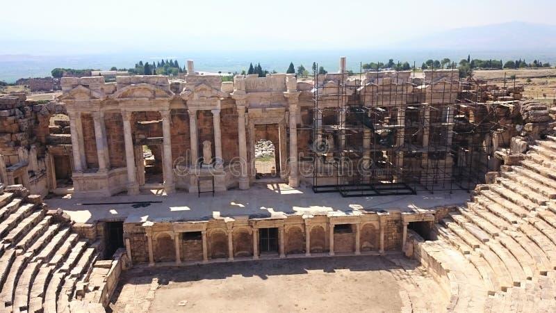 Panorama av den forntida Greco-romare staden Den gamla amfiteatern av Hierapolis i Pamukkale, Turkiet Förstört forntida royaltyfri foto