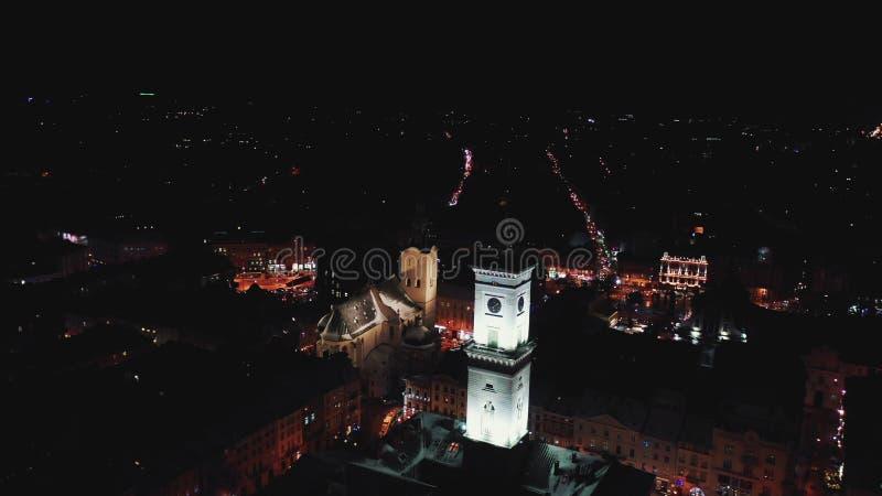 Panorama av den forntida staden Ukraina Lviv stad, stadshus Taken av gamla byggnader flyg- sikt san f?r natt f?r fj?rdbroca franc arkivbilder
