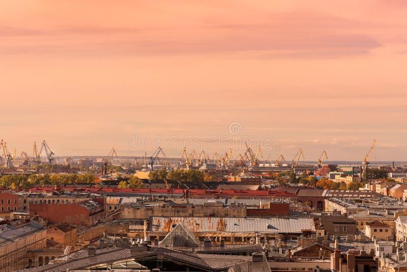 Panorama av den gamla industriella staden i aftonen i Vyborg St Petersburg royaltyfri fotografi
