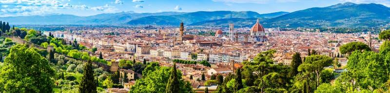 Panorama av den gamla staden, domkyrka av Santa Maria del Fiore, Brunelleschis kupol, Giottos klockatorn, ett UNESCOvärldsarv arkivfoto