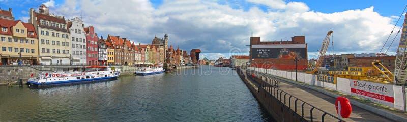 Panorama av den gamla staden nära den gamla hamnkanalen i Gdansk royaltyfria foton