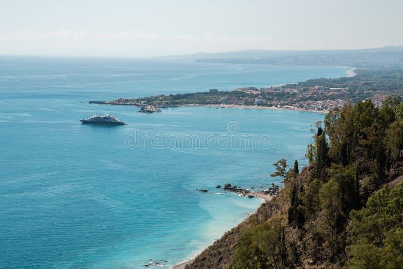 Panorama av den Giardini Naxos staden i Sicilien, Italien Sikt från den Taormina staden fotografering för bildbyråer