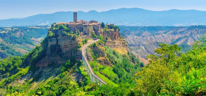 Panorama av den härliga medeltida byn av Civita di Bagnoregio, berömda gränsmärken av Italien arkivbild