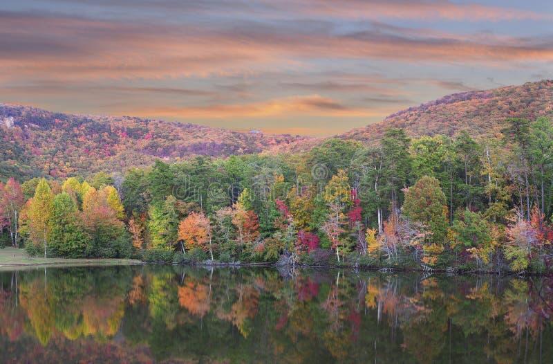 Panorama av den härliga nedgånglövverket reflekterad i sjön på den Cheaha delstatsparken, Alabama royaltyfri fotografi