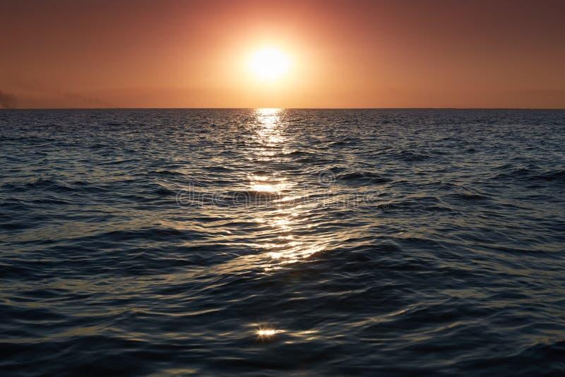 Panorama av den härliga solnedgången på havet Ljust horisontlandskap över vatten Dramatisk solnedgång med skymningfärghimmel och  royaltyfri bild