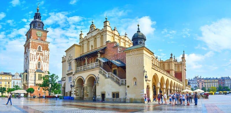 Panorama av den huvudsakliga marknadsfyrkanten i Krakow, Polen fotografering för bildbyråer