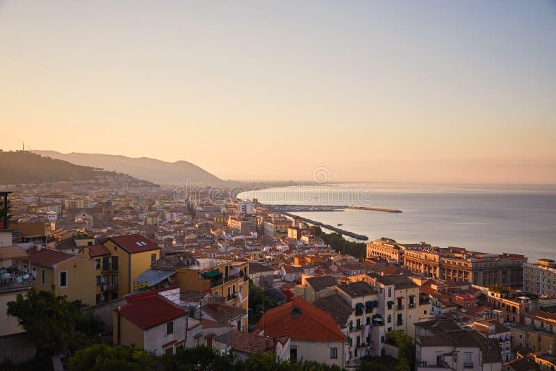 Panorama av den italienska staden - Salerno på gryningtid royaltyfri foto