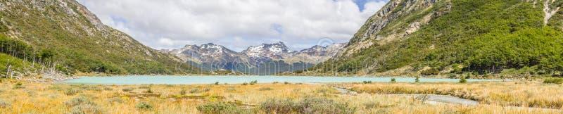 Panorama av den Laguna Esmeralda slingan med berg och vegetatio fotografering för bildbyråer