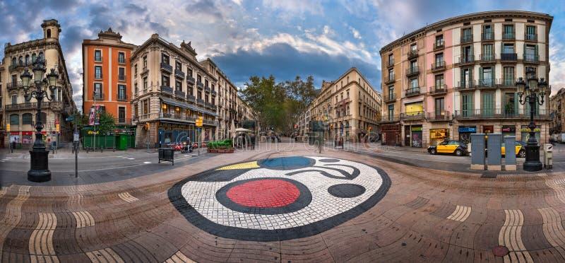 Panorama av den LaRambla gatan med Joan Miro Mosaic på golvet, arkivfoton
