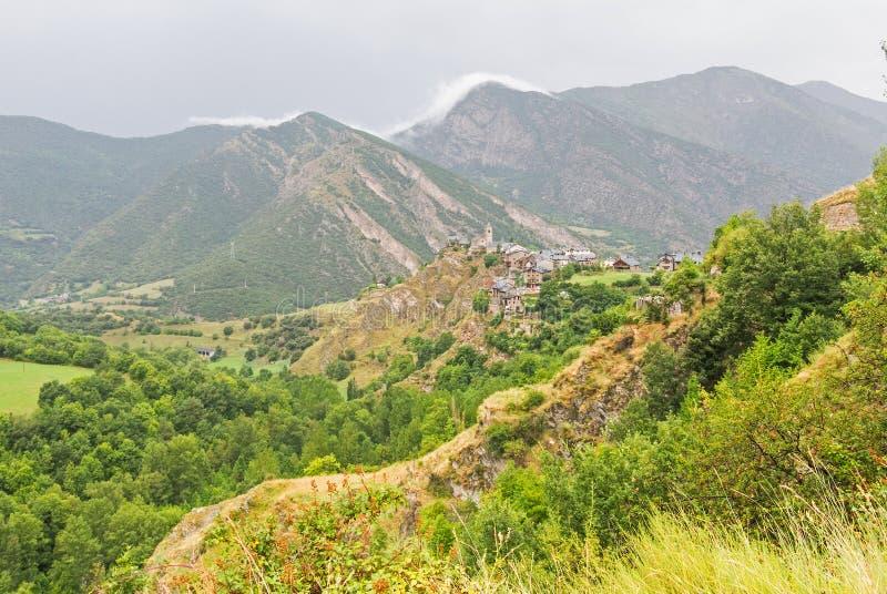 Panorama av den lilla medeltida byn av Tirvis, i landskapet av Pallars Sobira, i de Catalan Pyreneesna Catalonia Spanien arkivfoto