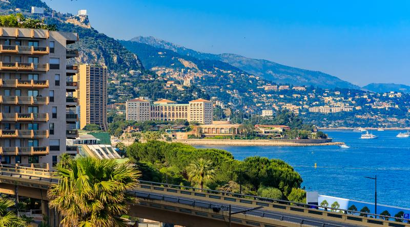 Panorama av den Monaco kustlinjen och lyxiga bostads- hyreshusar i Monte Carlo Principality av Monaco royaltyfri foto