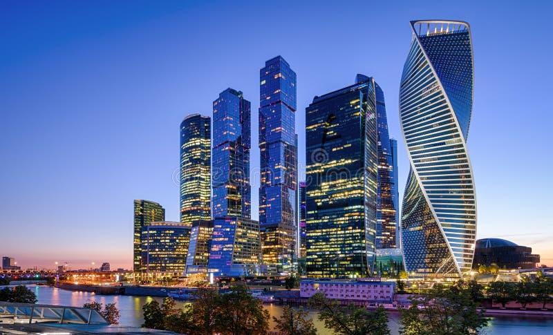 Panorama av den Moskva floden med Moskva-stad skyskrapor på natten, Ryssland arkivbilder