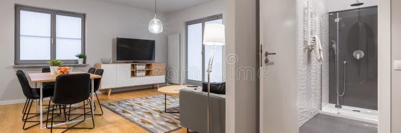 Panorama av den nya och moderna lägenheten royaltyfri foto