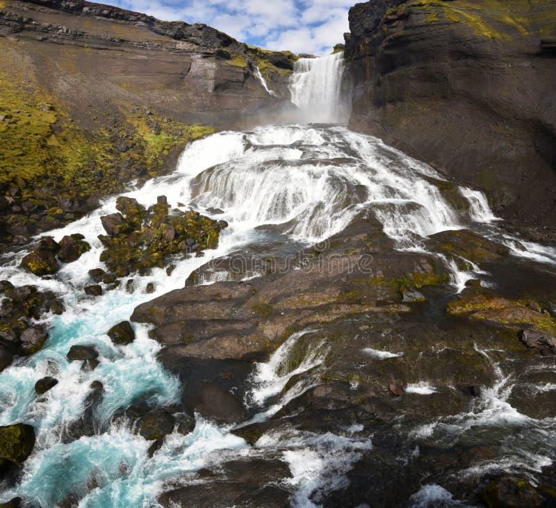 Panorama av den Ofaerufoss vattenfallet i den Eldgja kanjonen i sydliga högländer av Island, som sett från den mellersta nivån arkivfoto