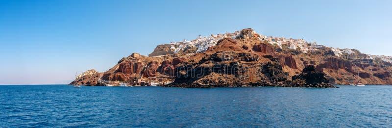 Panorama av den Oia staden från havet på Santorini arkivbilder