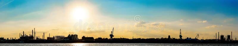 Panorama av den Rhein floden på Cologne, Tyskland på solnedgången fotografering för bildbyråer