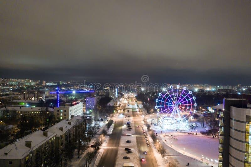 Panorama av den ryska staden av Kirov från en höjd på en vinternatt Oktyabrsky aveny och Ferris Wheel i det nytt royaltyfria foton