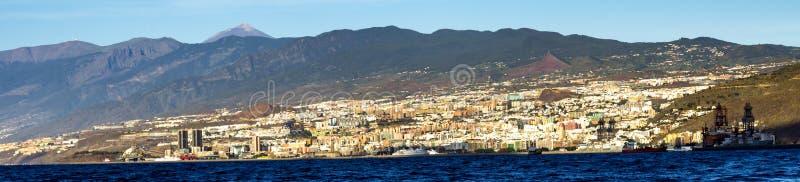 Panorama av den Santa Cruz de Tenerife stadskustlinjen med den monteringsTeide toppmötet i bakgrunden, kanariefågelöar, Spanien royaltyfria foton