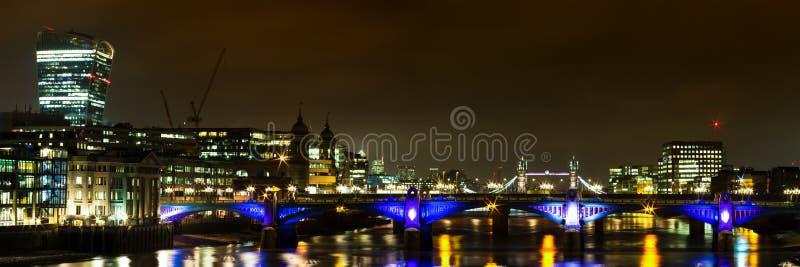 Panorama av den Southwark bron på natten arkivbild