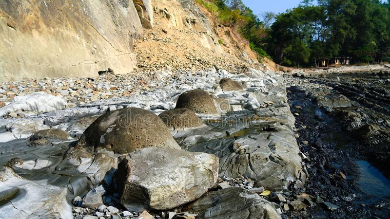 Panorama av den steniga kustNgapali stranden i Myanmar arkivbilder