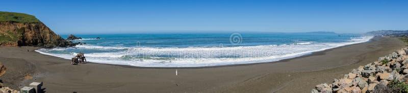 Panorama av den stora svarta sandstranden, Stilla havetkustlinje, Mori Point, Pacifica, Kalifornien arkivfoto