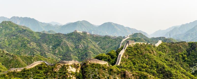 Panorama av den stora väggen av Kina bland bergen near Peking royaltyfri fotografi