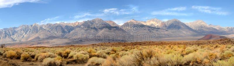 Panorama av den sydliga spetsen av toppiga bergskedjan Nevada Mountains loca royaltyfria bilder