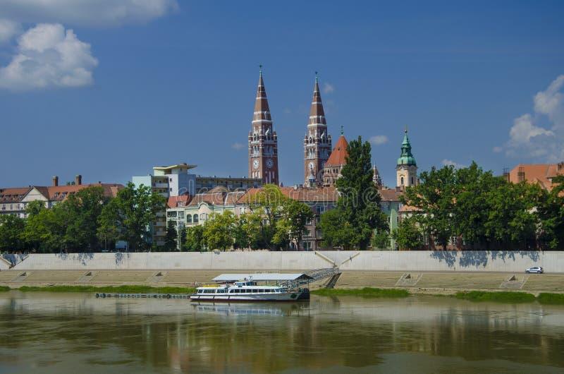 Panorama av den Szeged staden i Ungern med den Votive kyrkan arkivbild