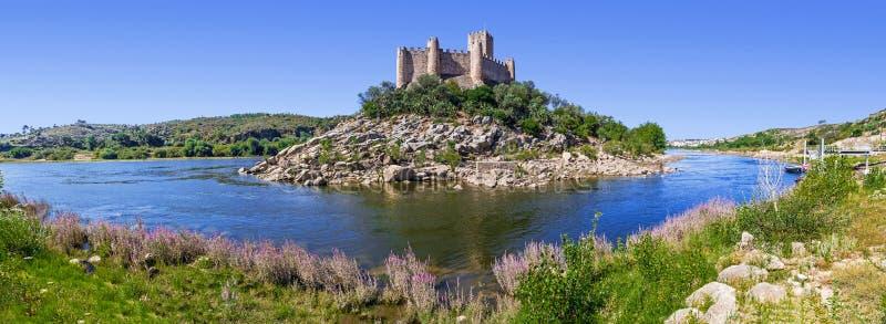 Panorama av den Templar slotten av Almourol och Tagus River fotografering för bildbyråer