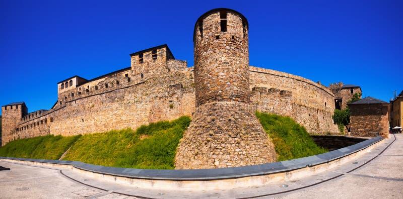 Panorama av den Templar slotten i Ponferrada royaltyfri foto
