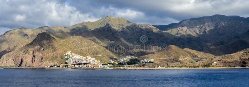 Panorama av den Tenerife kustlinjen med den San Andreas byn, den Playa de Las Teresitas stranden och Anaga berg, kanariefågelöar, arkivbild