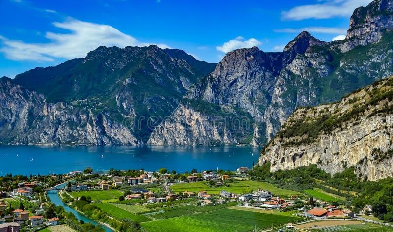 Panorama av den ursnygga sjön Garda som omges av berg i Riva del Garda, Italien arkivfoto