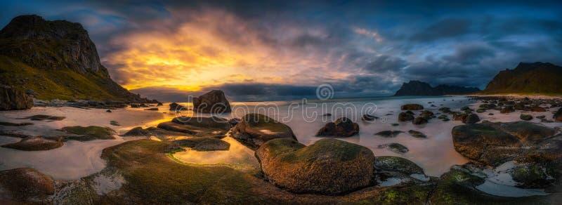 Panorama av den Uttakleiv stranden i Norge på solnedgången arkivfoto