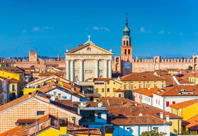 Panorama av den walled staden av Cittadella Cityscape av den medeltida italienska staden royaltyfri foto