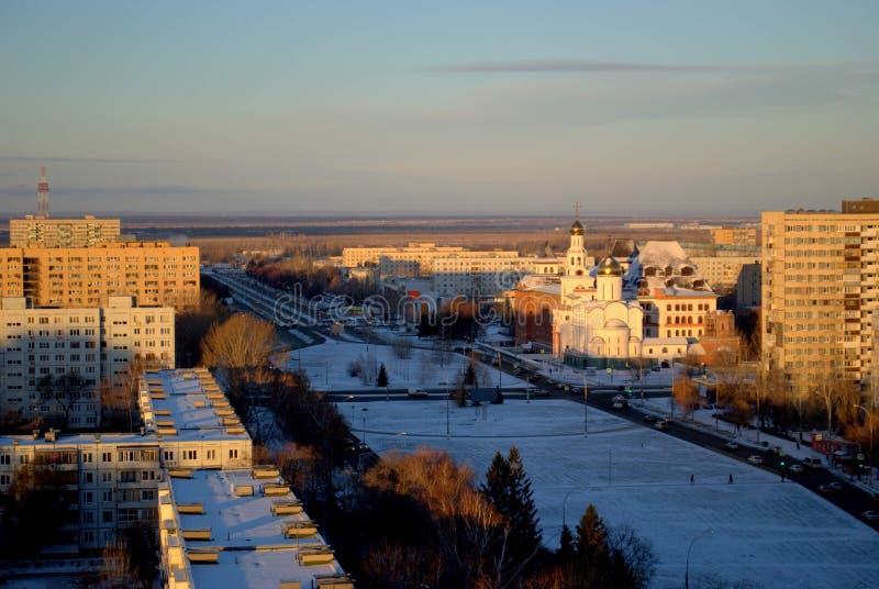 Panorama av dentäckte staden av Togliatti med en sikt av Volga det ortodoxa institutet och templet av de tre helgonen royaltyfria bilder